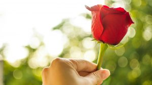 男性がうっかり恋に落ちてしまう、女性からのスキンシップ
