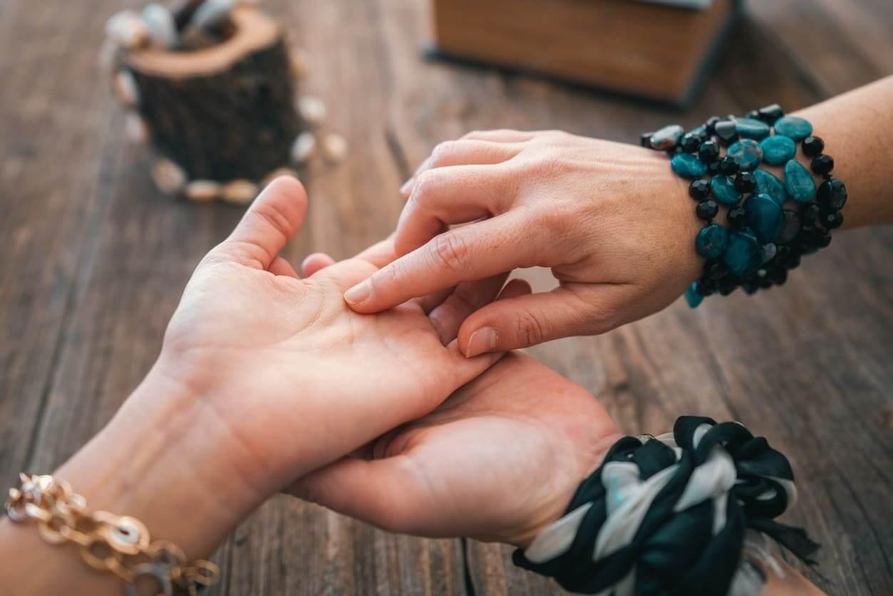 当たる占い【手相診断】結婚の転機はいつ頃?出会い運はアリorナシ?