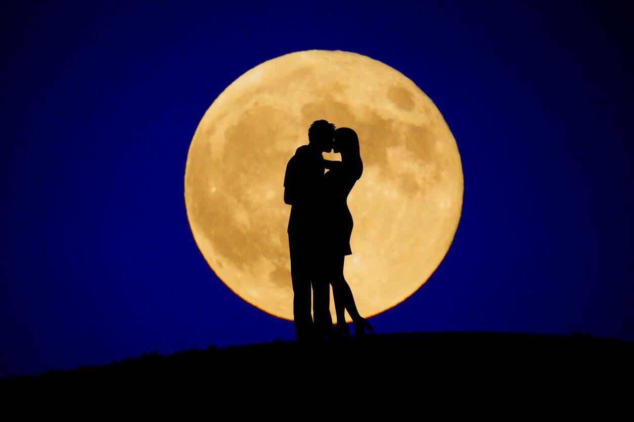 「月が綺麗ですね」の意味は?相手からの愛の告白かも。上手な返し方を紹介