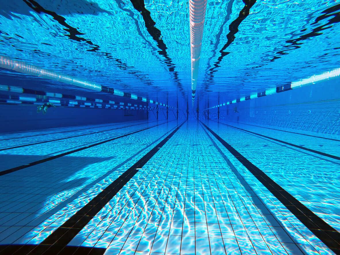 夢占い|プールの夢の意味は?泳ぐ、溺れる…あなたの心理状態を詳しく解説