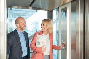 夢占い|エレベーターの夢の意味は?上下移動、故障は何を暗示?